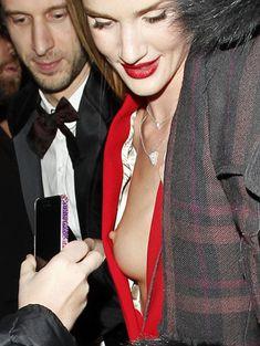 Случайный засвет Роузи Хантингтон-Уайтли на премии British Fashion Awards фото #11