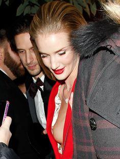 Случайный засвет Роузи Хантингтон-Уайтли на премии British Fashion Awards фото #12