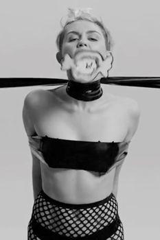 Развратная Майли Сайрус в клипе Tongue Tied фото #5