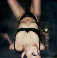 Обнаженная Майли Сайрус на палароидных снимка для журнала V фото #11