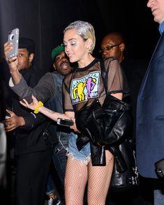 Майли Сайрус показала соски на концертной площадке Terminal 5 фото #23