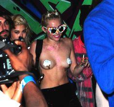 Майли Сайрус пришла топлесс на вечеринку дизайнера одежды Александра Вана фото #12