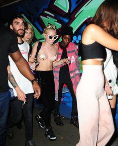 Майли Сайрус пришла топлесс на вечеринку дизайнера одежды Александра Вана фото #19
