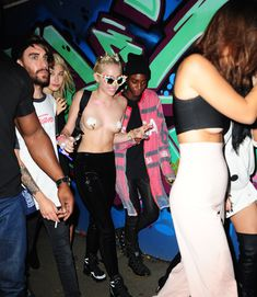 Майли Сайрус пришла топлесс на вечеринку дизайнера одежды Александра Вана фото #21