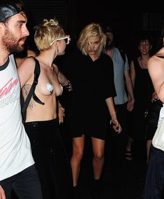 Майли Сайрус пришла топлесс на вечеринку дизайнера одежды Александра Вана фото #35