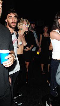 Майли Сайрус пришла топлесс на вечеринку дизайнера одежды Александра Вана фото #37