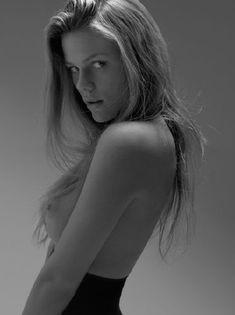 Голая грудь Бруклин Деккер в фотосессии Марка Сквайрса фото #3
