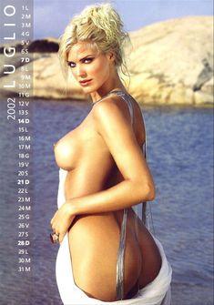 Обнаженная Виктория Сильвстедт в календаре фото #7