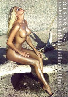 Обнаженная Виктория Сильвстедт в календаре фото #8