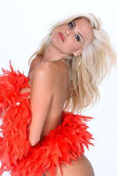 Голая Виктория Сильвстедт в фотосессии с красным боа фото #2