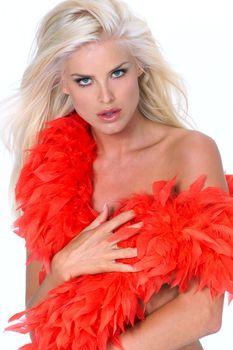Голая Виктория Сильвстедт в фотосессии с красным боа фото #28