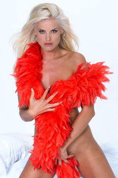 Голая Виктория Сильвстедт в фотосессии с красным боа фото #29