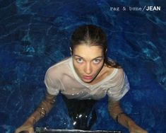 Мокрая Джессика Харт без лифчика в рекламе джинсов Rag & Bone фото #2