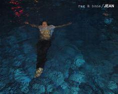 Мокрая Джессика Харт без лифчика в рекламе джинсов Rag & Bone фото #3