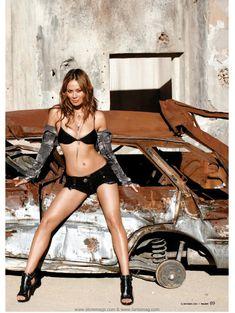 Сексуальная Мун Бладгуд в эротическом наряде для журнала Maxim фото #2