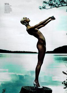 Обнаженное тело Карли Клосс в журнале Vogue фото #1