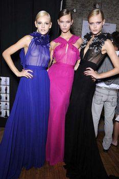 Карли Клосс в прозрачном платье фото #2