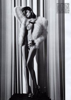 Обнаженная красавица Эбби Ли Кершоу в журнале Vogue фото #1