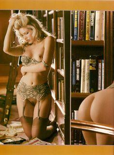 Обнажённая Лайла Робертс в библиотеке для журнала Playboy Lenceria фото #1