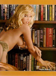 Обнажённая Лайла Робертс в библиотеке для журнала Playboy Lenceria фото #2
