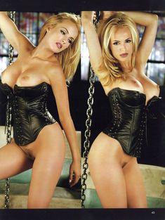Красотка Кэрри Уэсткотт оголила грудь и киску в журнале Playboy's Lingerie фото #2