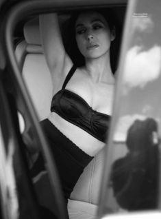 Горячая Моника Беллуччи  в журнале Esquire фото #4