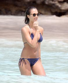 Возбуждающее тело Джессики Альба в бикини на Карибских островах фото #11