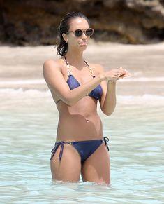 Возбуждающее тело Джессики Альба в бикини на Карибских островах фото #13