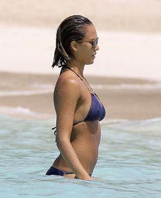 Возбуждающее тело Джессики Альба в бикини на Карибских островах фото #21