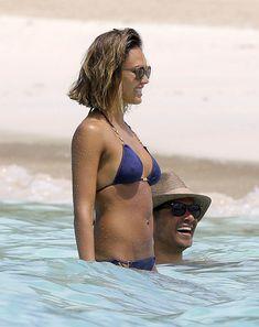 Возбуждающее тело Джессики Альба в бикини на Карибских островах фото #23