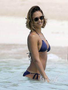 Возбуждающее тело Джессики Альба в бикини на Карибских островах фото #24