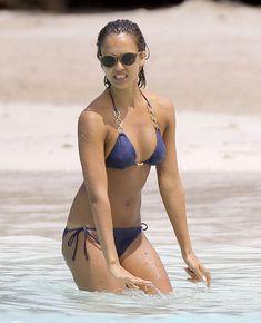 Возбуждающее тело Джессики Альба в бикини на Карибских островах фото #38