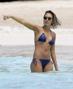 Возбуждающее тело Джессики Альба в бикини на Карибских островах фото #39