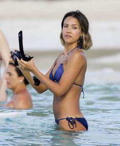 Возбуждающее тело Джессики Альба в бикини на Карибских островах фото #42