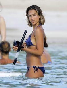 Возбуждающее тело Джессики Альба в бикини на Карибских островах фото #43