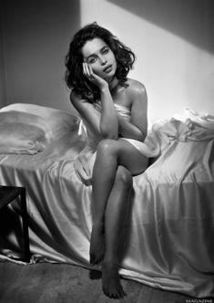 Ню фото Эмилии Кларк  в журнале XTRA фото #8