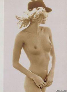 Сексуальная Эль Макферсон показала голую грудь в журнале Playboy фото #7