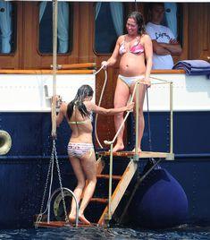 Розарио Доусон в бикини отдыхает на яхте в Каннах фото #2