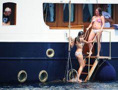 Розарио Доусон в бикини отдыхает на яхте в Каннах фото #3