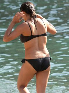 Задница Розарио Доусон в черном купальнике фото #4