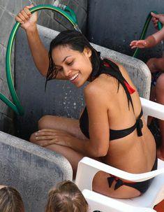 Секси Розарио Доусон обливается водой со шланга фото #2