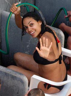 Секси Розарио Доусон обливается водой со шланга фото #5