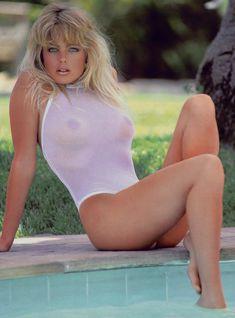 Эрика Элениак  без трусов и лифчика в журнале Playboy фото #2