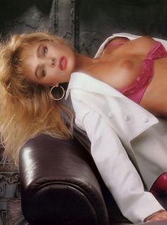 Эрика Элениак  без трусов и лифчика в журнале Playboy фото #5