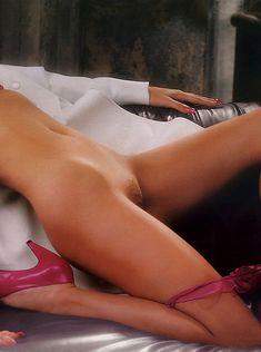 Эрика Элениак  без трусов и лифчика в журнале Playboy фото #6