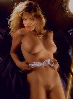 Эрика Элениак  без трусов и лифчика в журнале Playboy фото #10