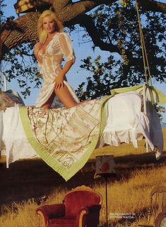 Абсолютно обнажённая Джина Ли Нолин красиво позирует в журнале Playboy фото #3