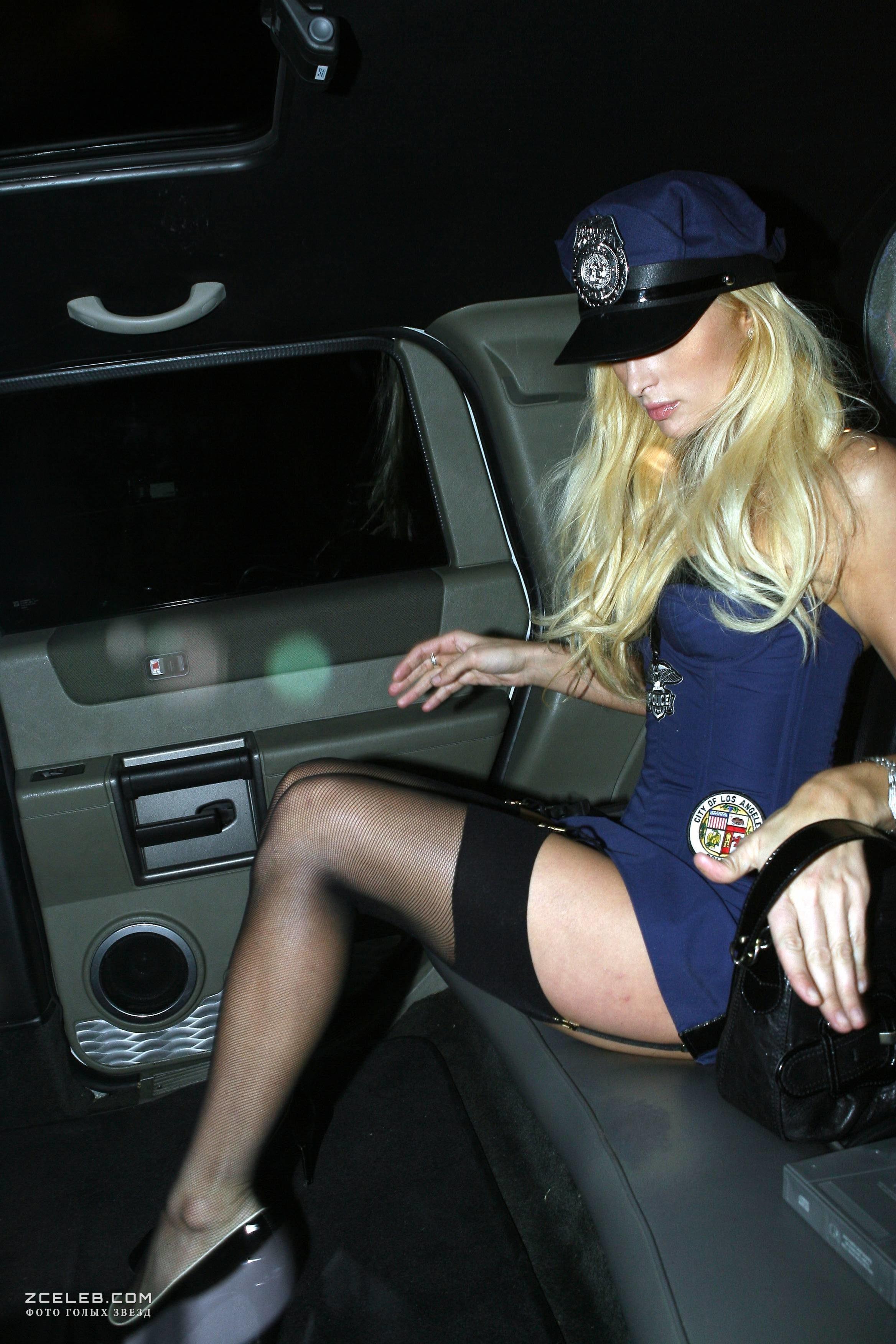 Черные пэрис хилтон выходит из машины без трусов в черном платье