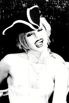 Голый сосок Шарлиз Терон в фотосессии Эллена фон Унверта, 1998