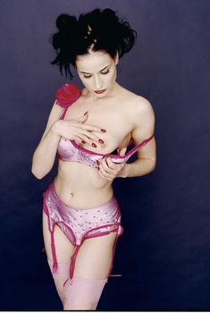 Дита фон Тиз показала голую грудь в фотосессии Криса Куффаро